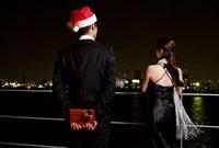 クリスマスプレゼントとカップル