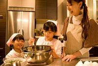 料理をする母娘