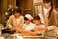 クッキーを作る家族