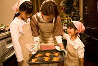 クッキーを焼く母娘