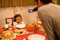 クリスマスに記念撮影をする父娘
