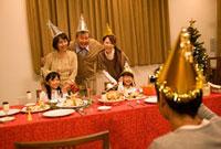 クリスマスの記念撮影をする家族