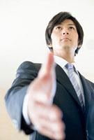 手を差し出すビジネスシーンの握手