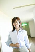 オフィスのビジネスパーソン 11000042910  写真素材・ストックフォト・画像・イラスト素材 アマナイメージズ