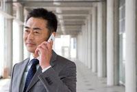 携帯電話をかけるビジネスパーソン