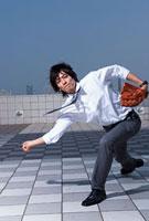 ボールを投げるビジネスパーソン