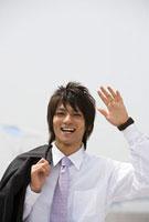 笑って挨拶する男性 11000043003| 写真素材・ストックフォト・画像・イラスト素材|アマナイメージズ