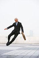 跳んでるビジネスパーソン