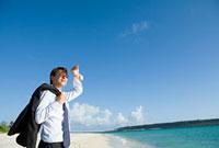 海とビジネスパーソン 11000043139| 写真素材・ストックフォト・画像・イラスト素材|アマナイメージズ