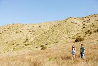 草原に立つ少年と少女