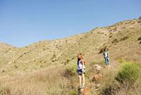 草原で岩に立つ少年と少女