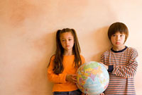 地球儀を持った少年と少女 11000043204| 写真素材・ストックフォト・画像・イラスト素材|アマナイメージズ