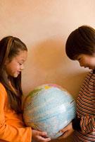 地球儀を持った少年と少女 11000043205| 写真素材・ストックフォト・画像・イラスト素材|アマナイメージズ