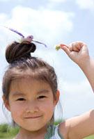 小鳥を頭に乗せる少女