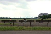 河川敷グラウンドの三人