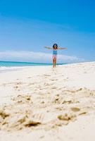 砂浜を駆ける少女