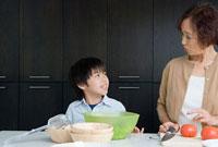 料理をする祖母と孫