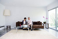 ソファに座る老夫婦