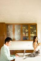 テーブルの上の猫と若い夫婦