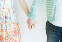 手をつなぐ恋人