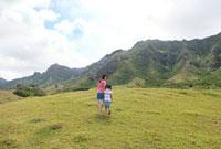 高原を歩く親子