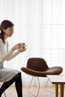 コーヒーカップを持つ女性
