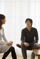 リビングで会話をする男性と女性