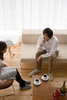 コーヒータイムを楽しむ男性と女性