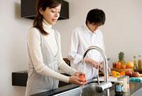 トマトを洗う女性