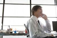 携帯電話で話す男性