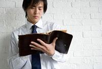 手帳を見る男性