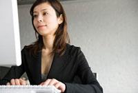 パソコンを使う女性 11000043932| 写真素材・ストックフォト・画像・イラスト素材|アマナイメージズ