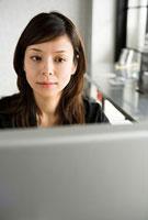 仕事中の女性 11000043933| 写真素材・ストックフォト・画像・イラスト素材|アマナイメージズ