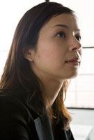 上目使いの女性 11000043939| 写真素材・ストックフォト・画像・イラスト素材|アマナイメージズ