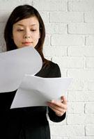 書類を見る女性 11000043940| 写真素材・ストックフォト・画像・イラスト素材|アマナイメージズ