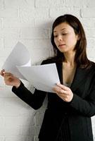 書類を見る女性 11000043941| 写真素材・ストックフォト・画像・イラスト素材|アマナイメージズ