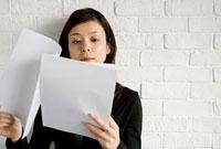書類を見る女性 11000043943| 写真素材・ストックフォト・画像・イラスト素材|アマナイメージズ