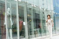 銀座を歩く女性