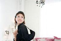 シャンパンを持って見上げる女性