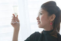 グラスをかかげる女性