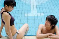 プールのカップル