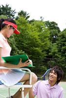 テニスを楽しむカップル