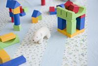 白熊の人形と積み木