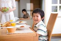 昼食時の家族 11000044225| 写真素材・ストックフォト・画像・イラスト素材|アマナイメージズ