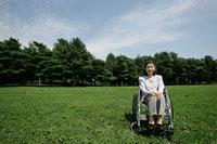 車椅子のシニア女性