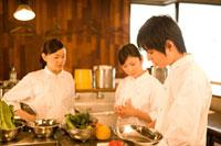 厨房で仕事をするキッチンスタッフ 11000044469| 写真素材・ストックフォト・画像・イラスト素材|アマナイメージズ