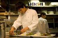 料理をするキッチンスタッフ 11000044572| 写真素材・ストックフォト・画像・イラスト素材|アマナイメージズ