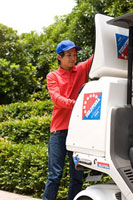 仕事をするピザのデリバリースタッフ