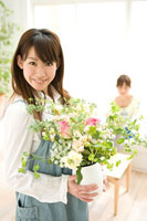 花瓶を持つ女性