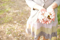 桜を持つ女性の手元